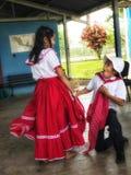 Desempenho bonito da dança da escola secundária fotografia de stock