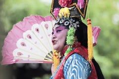 Desempenho chinês em um jardim, Yangzhou da ópera, China Fotos de Stock