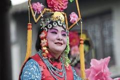 Desempenho chinês em um jardim, Yangzhou da ópera, China imagem de stock royalty free