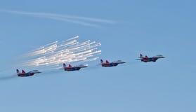 Desempenho da demonstração do grupo da aviação de acrobacias Milita Fotografia de Stock