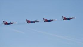 Desempenho da demonstração do grupo da aviação de acrobacias Milita Imagem de Stock