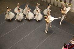 Desempenho da empresa de Dallas Ballet no feriado Northpark foto de stock