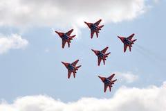 Desempenho da equipe aerobatic de Swifts nos lutadores MiG-29 altamente manobráveis de múltiplos propósitos sobre o aeródromo de  foto de stock