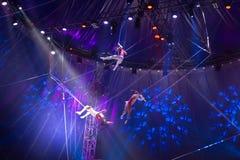 Desempenho da equipe do circo na fase imagem de stock royalty free
