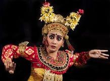 Desempenho da fase da dança de Legong da dança das mulheres em Bali, Indonésia foto de stock
