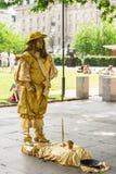 Desempenho da rua da cidade do ator pintado ouro Londres, Reino Unido Fotos de Stock