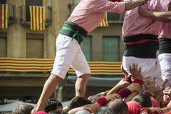 Desempenho de Castells por castellers imagens de stock royalty free