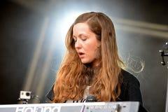 Desempenho de Jessy Lanza (compositor, produtor e vocalista eletrônicos) no festival da sonar Fotografia de Stock