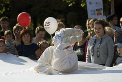 Desempenho de Mimo Crocodile do teatro no parque de Gorky em Moscou Foto de Stock Royalty Free
