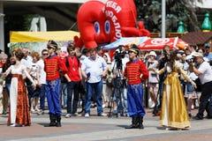 Desempenho de teatro da rua na celebração do dia de Rússia fotos de stock royalty free