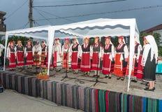 Desempenho do coro rural do ` s das mulheres nos jogos de Nestenar na vila de Bulgari, Bulgária Imagem de Stock Royalty Free