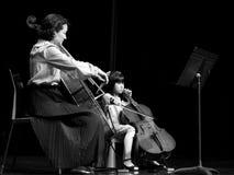 Desempenho do violoncelista - ligação de família - concerto do violoncelo - músico novo Foto de Stock