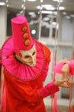 Desempenho dos atores do cavalheiro de vagueamento Pezho das bonecas do teatro no vestíbulo do lustre do teatro Imagem de Stock Royalty Free