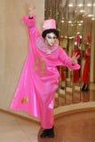 Desempenho dos atores do cavalheiro de vagueamento Pezho das bonecas do teatro no vestíbulo do lustre do teatro fotografia de stock