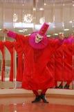 Desempenho dos atores do cavalheiro de vagueamento Pezho das bonecas do teatro no vestíbulo do lustre do teatro Foto de Stock Royalty Free