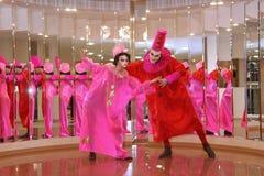 Desempenho dos atores do cavalheiro de vagueamento Pezho das bonecas do teatro no vestíbulo do lustre do teatro fotos de stock