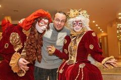 Desempenho dos atores do cavalheiro de vagueamento Pezho das bonecas do teatro no vestíbulo do lustre do teatro Imagens de Stock Royalty Free