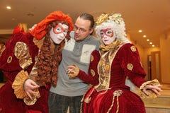 Desempenho dos atores do cavalheiro de vagueamento Pezho das bonecas do teatro no vestíbulo do lustre do teatro imagens de stock