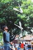 Desempenho dos pinos de boliches de jogo do juggler acima Foto de Stock Royalty Free