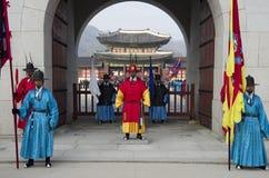 Desempenho em mudança dos protetores no palácio Coreia de Gyeongbokgung Foto de Stock