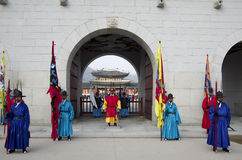 Desempenho em mudança dos protetores no palácio Coreia de Gyeongbokgung Imagens de Stock
