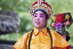 Desempenho em um jardim, Yangzhou da ópera do chinês tradicional, China foto de stock royalty free