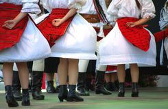 Desempenho fêmea romeno dos dançarinos do folclore fotos de stock