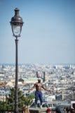 Desempenho fantástico da bola por Iya Traore no monte de Montmartre Imagem de Stock