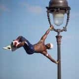 Desempenho fantástico da bola por Iya Traore no monte de Montmartre Fotos de Stock