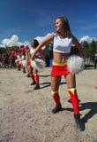Desempenho festivo de meninas bonitas novas da VERTIGEM cheerleading do grupo de apoio dos atletas (vertigem) Imagem de Stock Royalty Free