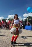 Desempenho festivo de meninas bonitas novas da VERTIGEM cheerleading do grupo de apoio dos atletas (vertigem) Foto de Stock