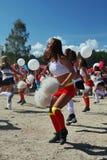 Desempenho festivo de meninas bonitas novas da VERTIGEM cheerleading do grupo de apoio dos atletas (vertigem) Fotografia de Stock Royalty Free