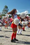 Desempenho festivo de meninas bonitas novas da VERTIGEM cheerleading do grupo de apoio dos atletas (vertigem) Imagens de Stock