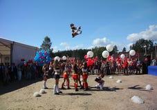 Desempenho festivo de meninas bonitas novas da VERTIGEM cheerleading do grupo de apoio dos atletas (vertigem) Foto de Stock Royalty Free