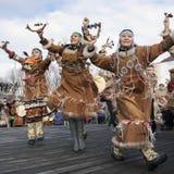 Desempenho popular do conjunto no vestido dos indígenas de Kamchatka Rússia Fotografia de Stock