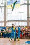 Desempenhos da demonstração das acrobatas no campeonato em cheerleading imagens de stock
