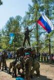 Desempenhos da demonstração de soldados das tropas transportadas por via aérea do russo em grande Victory Day Omsk no 9 de maio d Fotografia de Stock