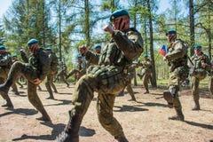 Desempenhos da demonstração de soldados das tropas transportadas por via aérea do russo em grande Victory Day Omsk no 9 de maio d Foto de Stock