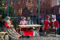 Desempenhos festivos dos artistas no Shrovetide no quadrado de Manezhnaya em Moscou, Rússia fotos de stock