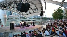 Desempenhos livres de fevereiro do prefácio perto da esplanada em Singapura vídeos de arquivo