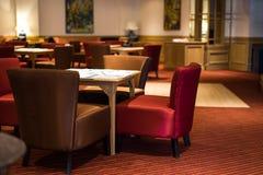 Desencapado colocado mesa de jantar no restaurante elegante Imagem de Stock