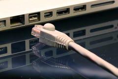 Desenchufe el alambre del LAN fotografía de archivo