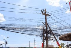 Desenfocado, cables eléctricos sucios en la India imagenes de archivo