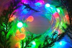 Desenfocado luces y guirnaldas coloreadas del branc del árbol de navidad Imágenes de archivo libres de regalías