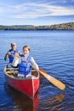 Desengate da canoa da família fotos de stock royalty free