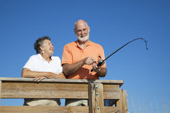 Desengate de pesca sênior dos pares imagem de stock