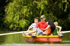 Desengate do barco com família Fotografia de Stock