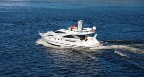 Desengate grande das férias do barco de motor da plataforma do gigante dois no mar fotografia de stock