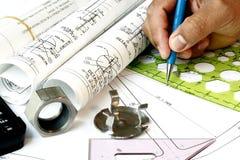 Desenhador com plantas da engenharia Foto de Stock Royalty Free