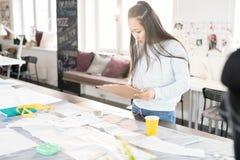 Desenhador de moda asiático no trabalho imagens de stock
